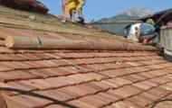 """Scandole """"spaccate""""in legno per tetti."""